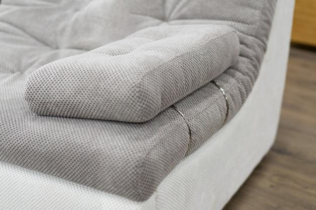 ソファの上の柔らかいアームレスト