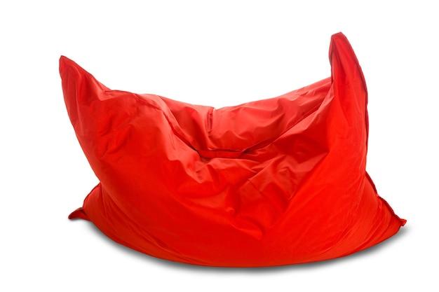 白で隔離される柔らかく大きな赤い正方形のビーンバッグソファチェア