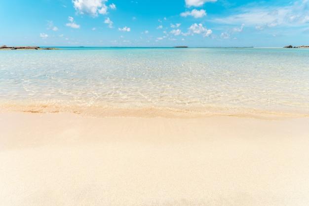 きれいな砂浜で柔らかい青い海の波