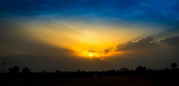 日没時の柔らかな青空