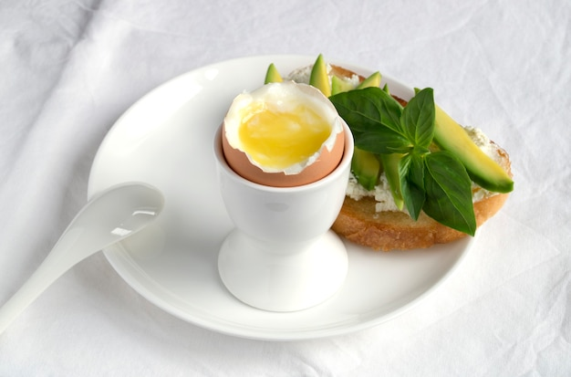 朝食用の半熟卵。白い卵の棚に。