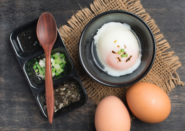 柔らかいゆでた卵または木製の温泉卵