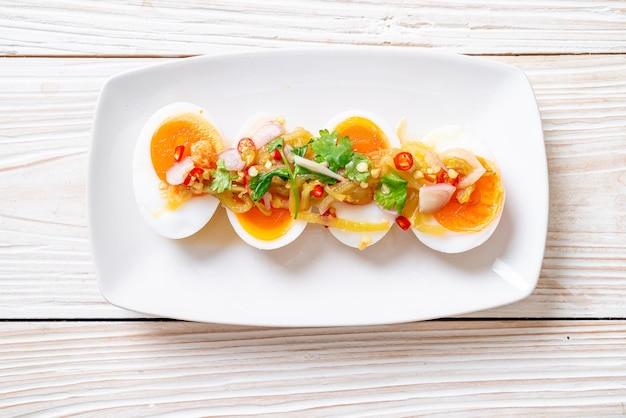 부드러운 삶은 계란 매운 샐러드-건강한 음식 스타일