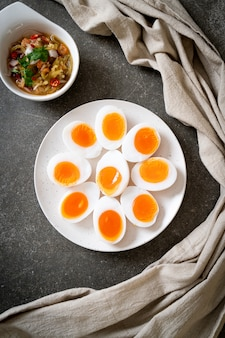 부드러운 삶은 계란 매운 샐러드
