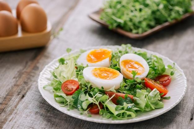 トーストと柔らかくゆでた卵。健康的なフィットネスの朝食。