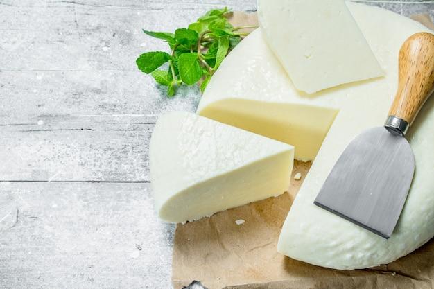 ミントの枝が入ったソフトチーズ。素朴な背景に。