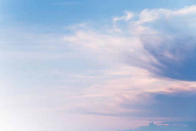 柔らかい曇りはグラデーションパステル、甘い色の抽象的な空の背景です。