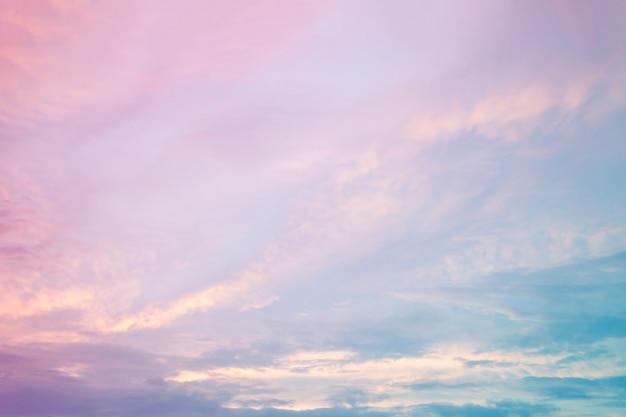 やわらかな曇りはグラデーションパステル、甘い色の空の背景です。