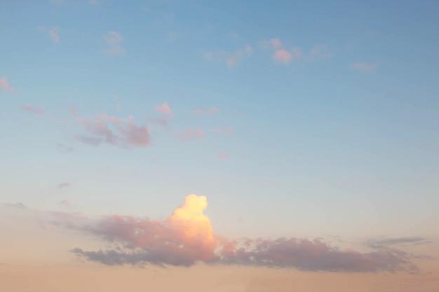 やわらかい曇りはグラデーションパステル、空の背景です