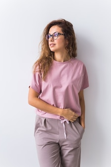 柔らかい綿のtシャツとパンツは健康的な睡眠のための快適な服