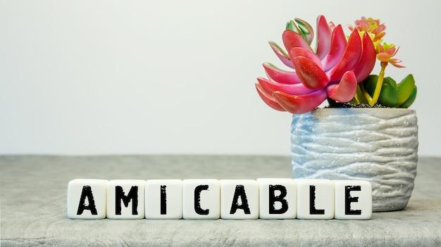 흰색 배경에 꽃과 약어 amicable과 부드러운 큐브
