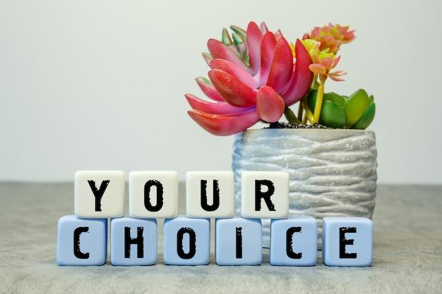 흰색 바탕에 냄비에 꽃과 함께 당신의 선택 텍스트와 부드러운 큐브