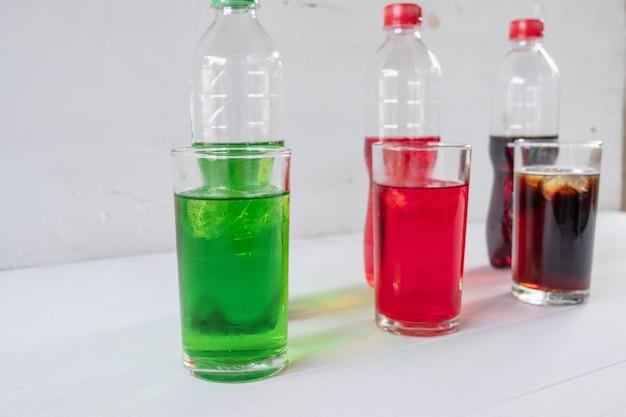 Безалкогольный напиток в стакане на белом фоне