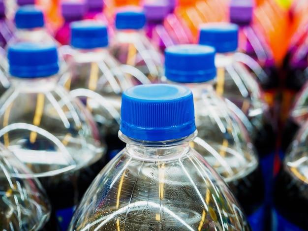 Бутылки безалкогольных напитков в супермаркете