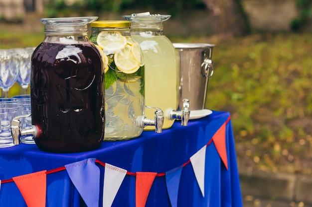 이벤트 및 저녁 식사에서 병에 담긴 청량 음료 레모네이드