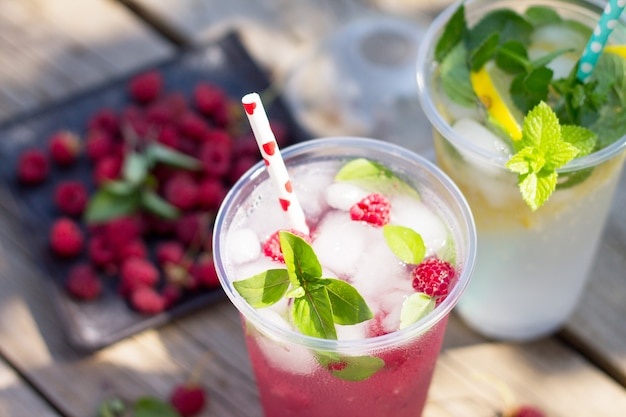 ソフトドリンクさわやかな夏の飲み物レモンとミントアイス、ラズベリーとバジルアイス
