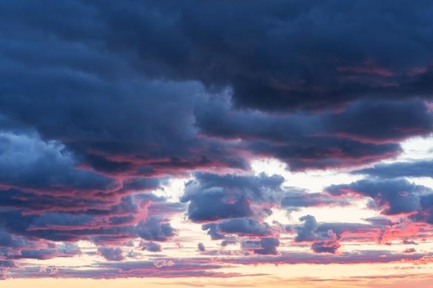 Мягкое пушистое и красочное образование облаков