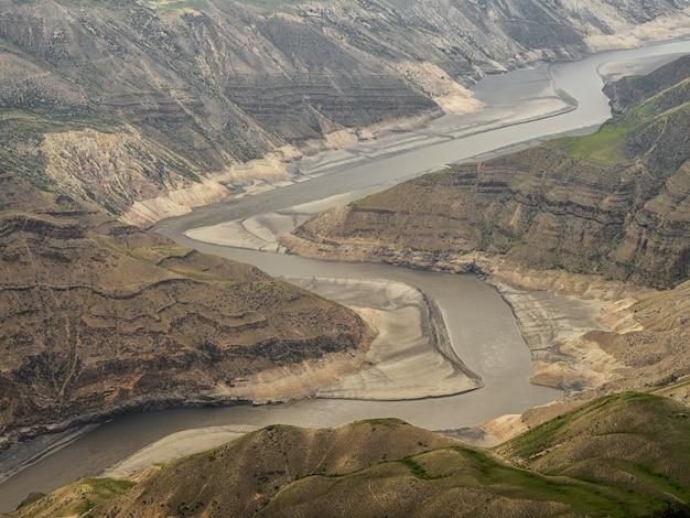ソフトフォーカス。峡谷の底にある曲がりくねった川。スラク峡谷、ダゲスタン、コーカサス、ロシア。航空写真。