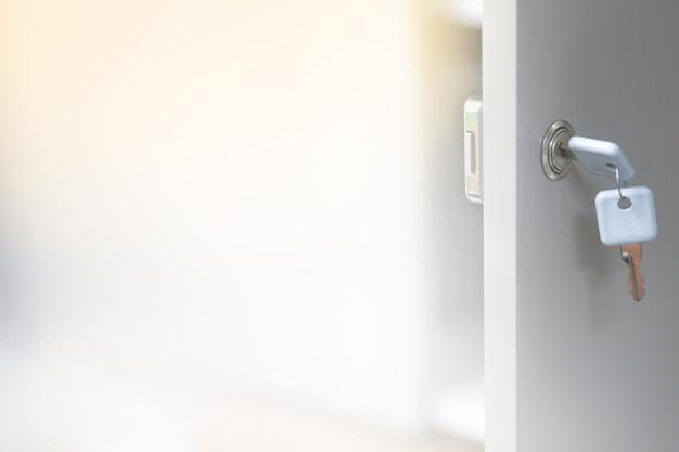 いくつかのキャビネットのドアをロック解除するための鍵のソフトフォーカスの背景。