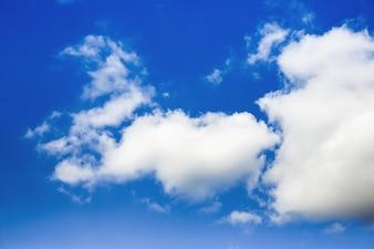 ソフトフォーカス青空と曇り風の熱帯は、光沢のあるスタイルの背景を偏光