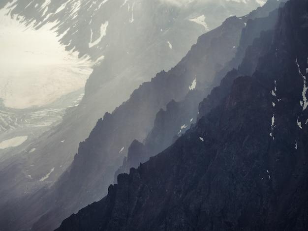 ソフトフォーカス。山頂の劇的な空。劇的な山々と神秘的な背景。山に雨が降る。雨山の自然の背景。 Premium写真