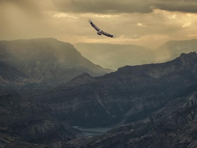 ソフトフォーカス。山頂の劇的な空。劇的な山々と神秘的な背景。山に雨が降る。