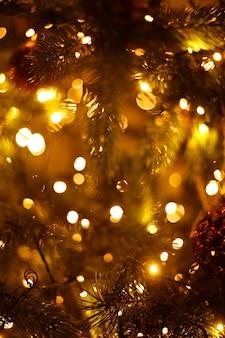 ソフトフォーカスのお祝いのクリスマスツリーのぼやけた背景。