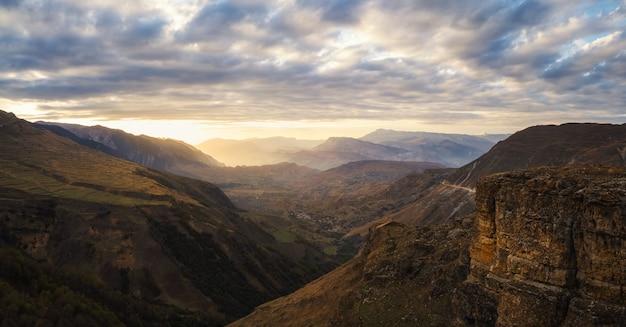 ソフトフォーカス。山の風景の黄金の夕日。夕方の山のシルエット。マトラス。ダゲスタン。全景。