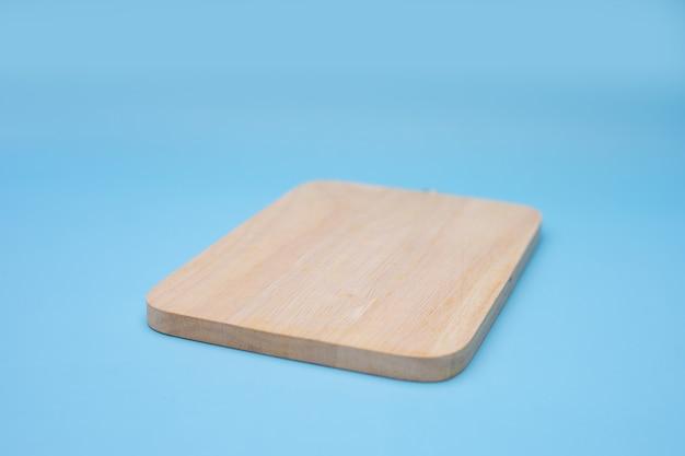 Мягкий фокус деревянной основы на синем фоне.