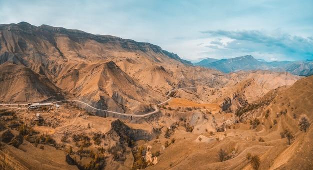 Мягкий фокус. панорама горной долины с серпантином. дагестан.