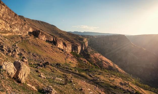 ソフトフォーカス。ロッキー山脈と朝の太陽の光。ダゲスタンのフンザフ高原。 Premium写真
