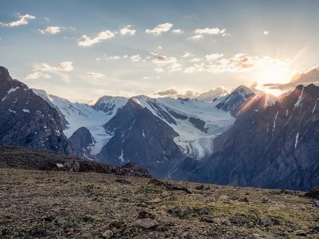 ソフトフォーカス。氷河と夕日の夕焼けのあるロッキー山脈。素晴らしい高地の風景。