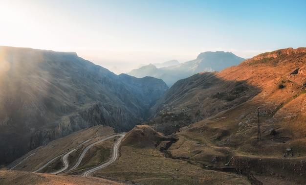 ソフトフォーカス。赤い谷の風光明媚な曲がりくねった道。高峠の曲がりくねった道の夕日の眺め。