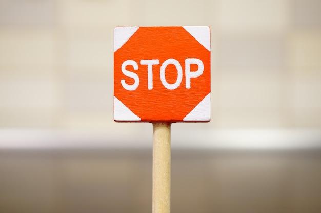 道路上の一時停止の標識のソフトフォーカスショット