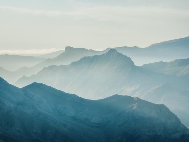 ソフトフォーカス。コーカサス山脈のシルエット。霧の層状の山の風景。
