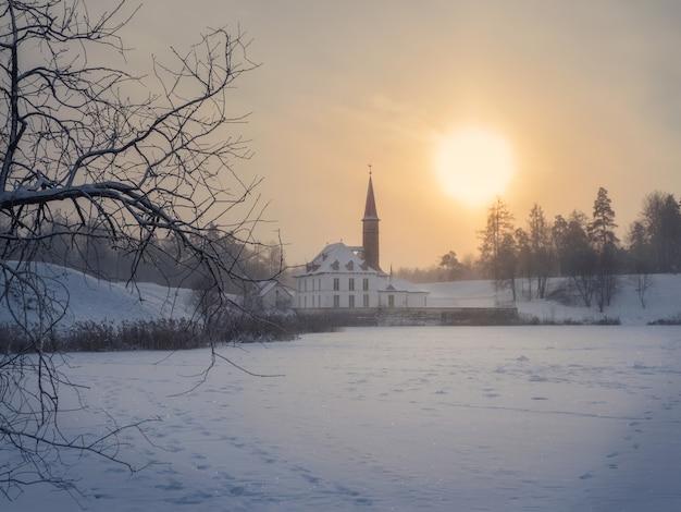 ソフトフォーカス。美しい自然の風景の中の古いマルタ宮殿の周りのウィンターパークと晴れた冬の凍るような風景。ガッチナ。ロシア。