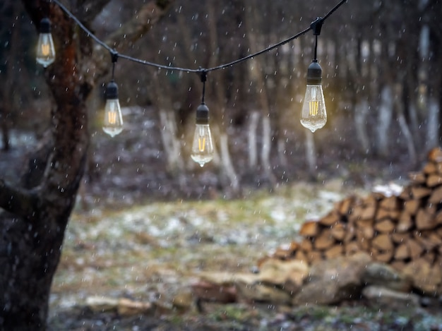 ソフトフォーカス。雨の中で屋外のヴィンテージエジソンタイプの白熱灯。
