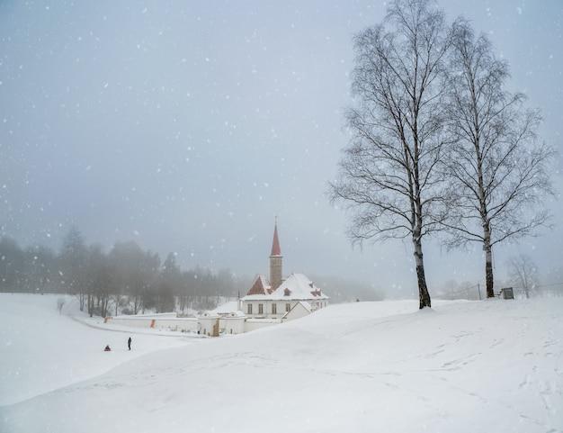 ソフトフォーカス。美しい自然の風景の中に古いマルタの宮殿と白い雪の風景。冬の降雪。ガッチナ。ロシア。