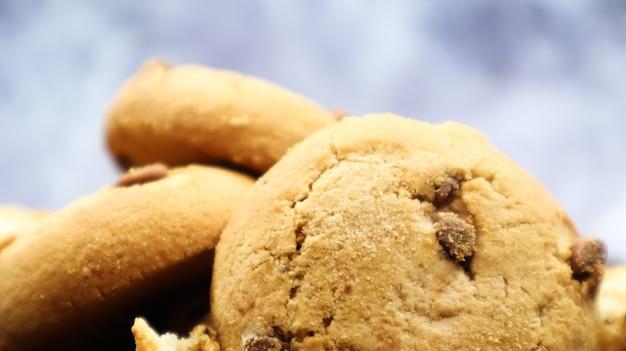 회색 대리석 주방 조리대에 갓 구운 부드러운 초콜릿 칩 쿠키. 미국 전통 달콤한 패스트리, 맛있는 수제 디저트. 요리 배경입니다. 확대.