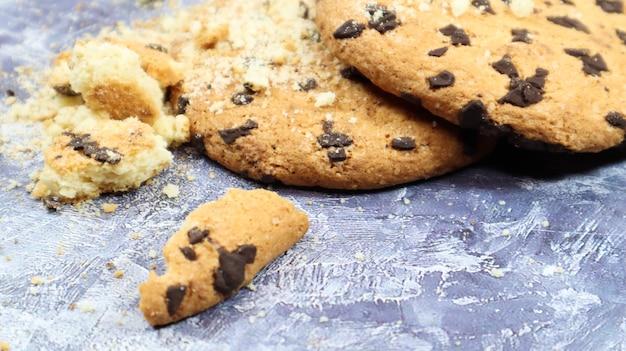 회색 대리석 주방 조리대에 갓 구운 부드러운 초콜릿 칩 쿠키. 미국 전통 달콤한 패스트리, 맛있는 수제 디저트. 요리 배경입니다.