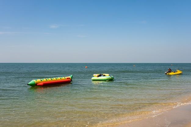 복사 공간 여름 배경에서 열 대 모래 해변에 푸른 바다의 부드러운 바다 물결. 질감 배경