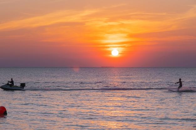 복사 공간 여름 배경에서 열 대 모래 해변에 푸른 바다의 부드러운 바다 물결.