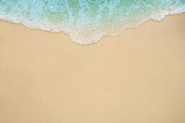 모래 해변에 부드러운 바다 물결입니다.