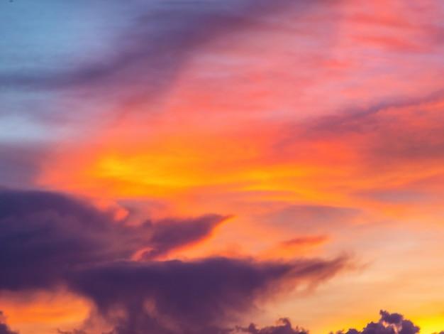 Мягкий фокус сумеречного неба фон с красочным небом на фоне сумерек