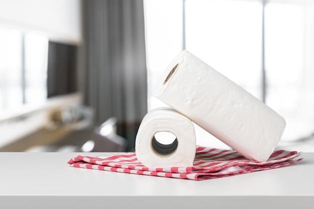白い机の正面に柔らかい紙タオル