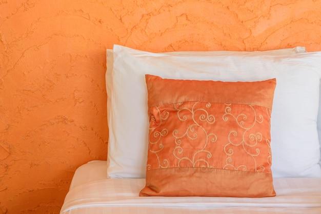 Мягкие подушки и одеяло в современном стиле на кровать
