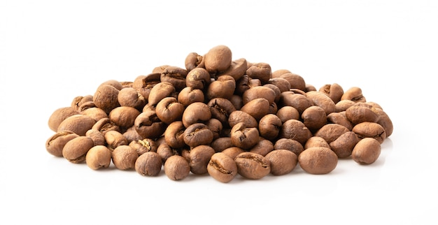 白で隔離されるソフトローストコーヒー豆