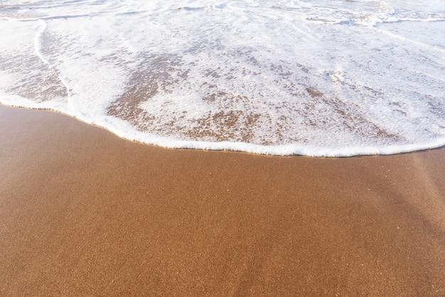 砂浜の柔らかい海の波。夏と休暇と旅行のコンセプト。セレクティブフォーカス、コピースペース。