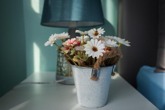 부드러운 톤의 아름다운 꽃이 항아리에 선택 초점 얕은 피사계 심도