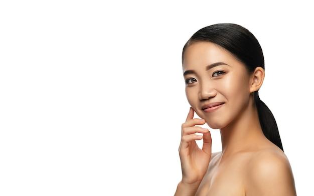 소프트 터치. 흰색 절연 아름 다운 아시아 여자의 초상화입니다.